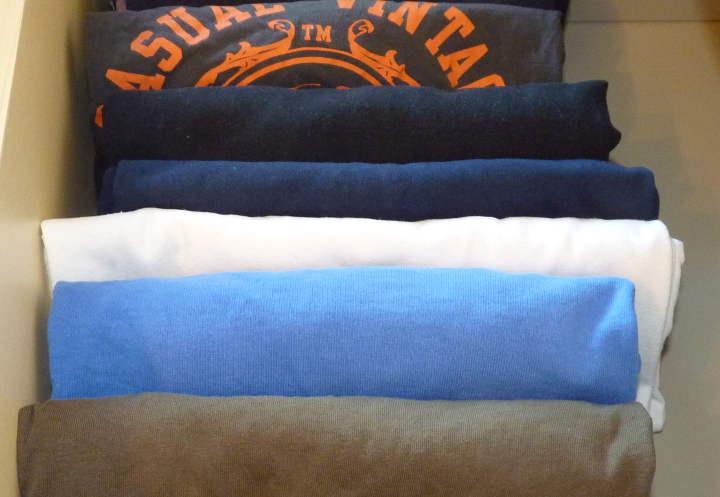 Kleiderschrank aufräumen TShirts